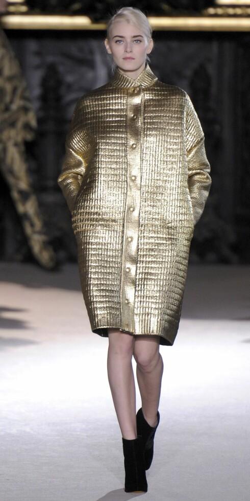 GYLNE TIDER: Hos den engelske designeren Stella McCartney er det ikke bare tilbehøret som er gyllent denne sesongen - også kåpene, buksedressene og skjortekjolene.  Foto: All Over PressAll Over Press