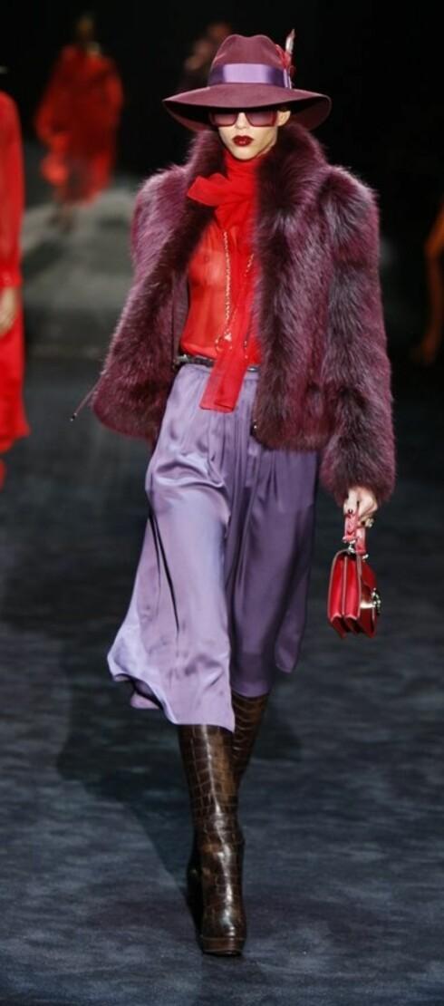 GLAMORØS 70-TALL: Marc Jacobs pynter opp sine bærfargede bluser med lange gullkjeder. Veskene har også gulldetaljer på beltespennene.  Foto: All Over PressAll Over Press