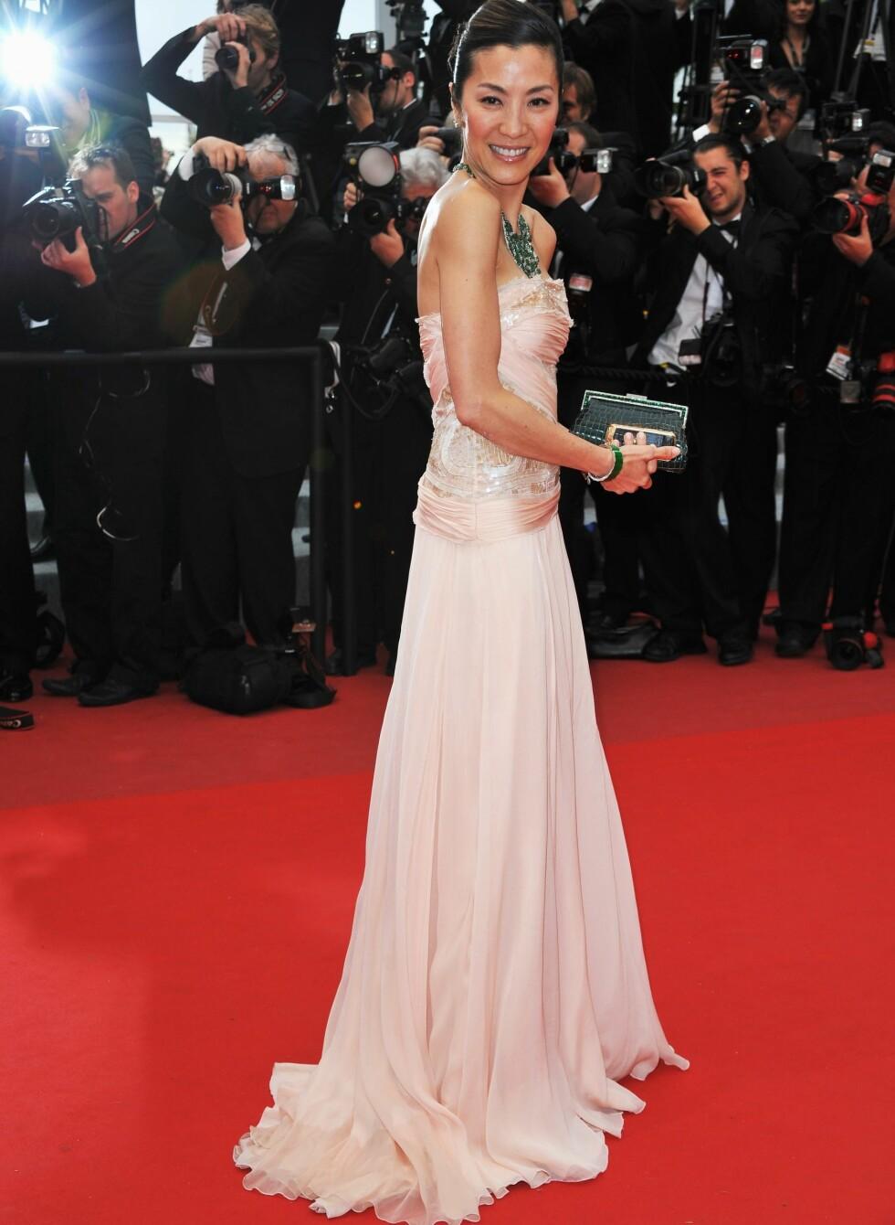Smaragd passer ikke bare til hvite kjoler. Se bare hvor slående vakker kombinasjonen med pudderrosa er. Foto: All Over Press