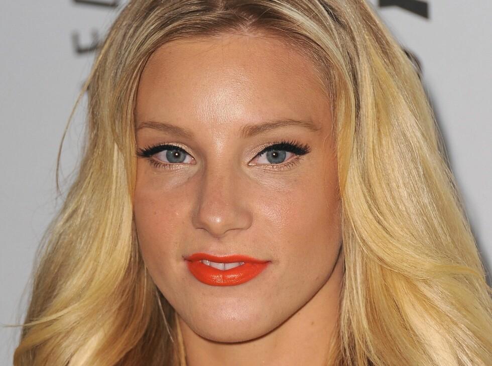 RØDORANSJE LEPPER: Glee-skuespiller Heather Morris bruker en rødoransje leppestift, som er helt nydelig til den solbrune huden. Foto: All Over Press