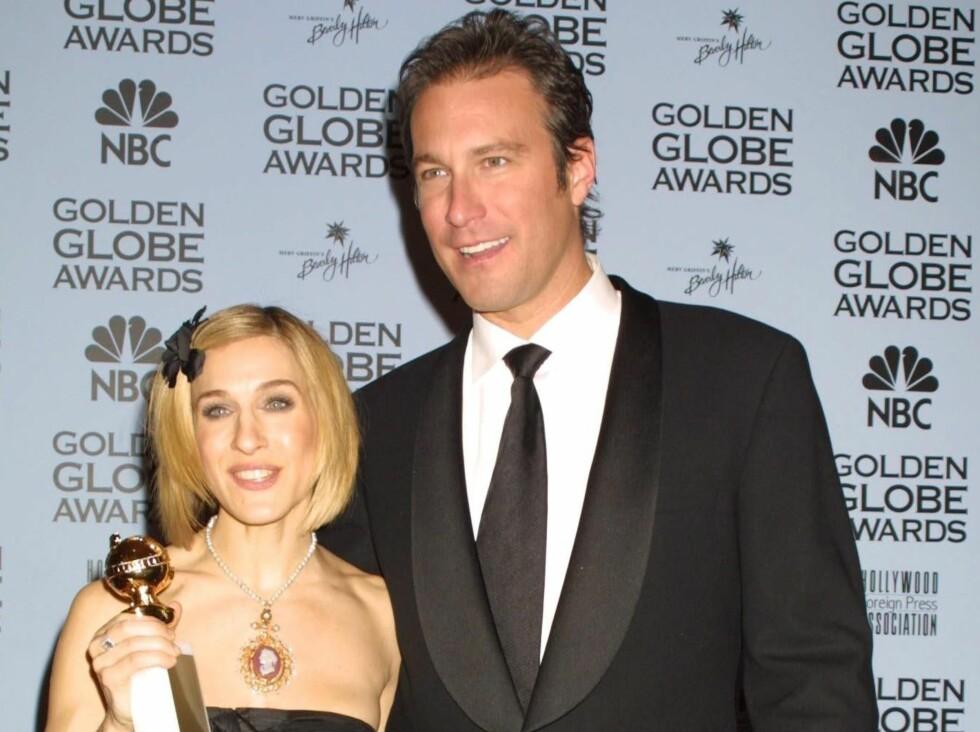 John Corbett aka Aidan kommer tilbake til Carrie - på ett eller annet vis. Her er de avbildet sammen på Golden Globe-festen i 2002.  Foto: All Over Press