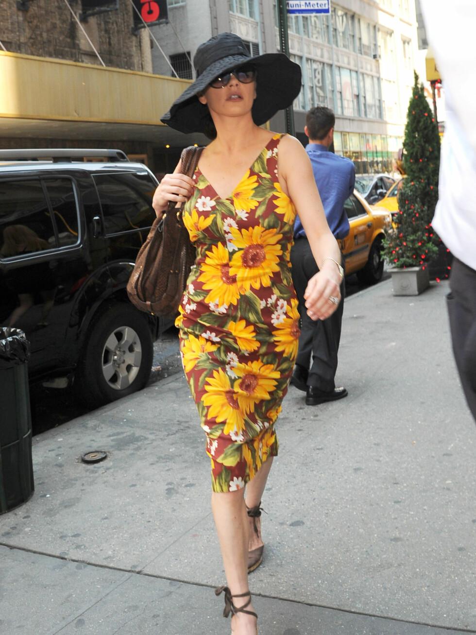 Catherine Zeta-Jones på farten i New York, med en klassisk, stor solhatt i svart. Foto: All Over Press