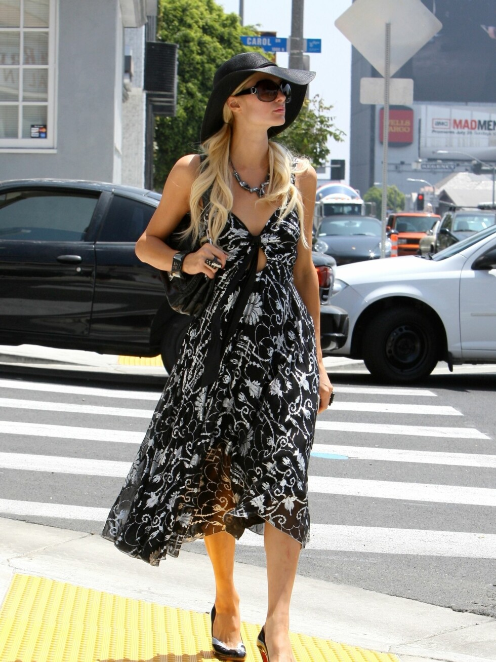 Paris Hilton velger som Catherine Zeta-Jones en stor og svart solhatt. Foto: All Over Press