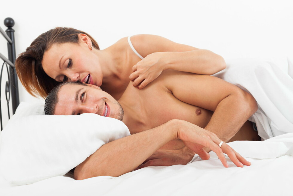 Middle-aged lovers kissing and playing in bed at home Foto: JackF - Fotolia
