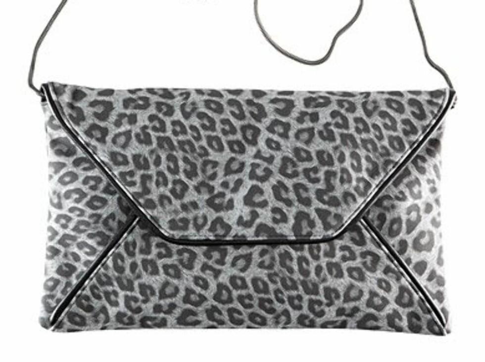 Denne konvoluttveska løfter den lille sorte opptil flere hakk, fra H&M, kr 149. Foto: Produsenten