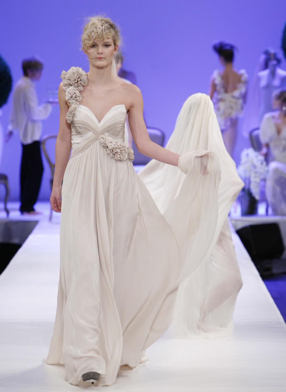 Langt må slepet være! Denne kjolen har i tillegg til slep også håndsydde blomsterapplikasjoner. Foto: Per Ervland