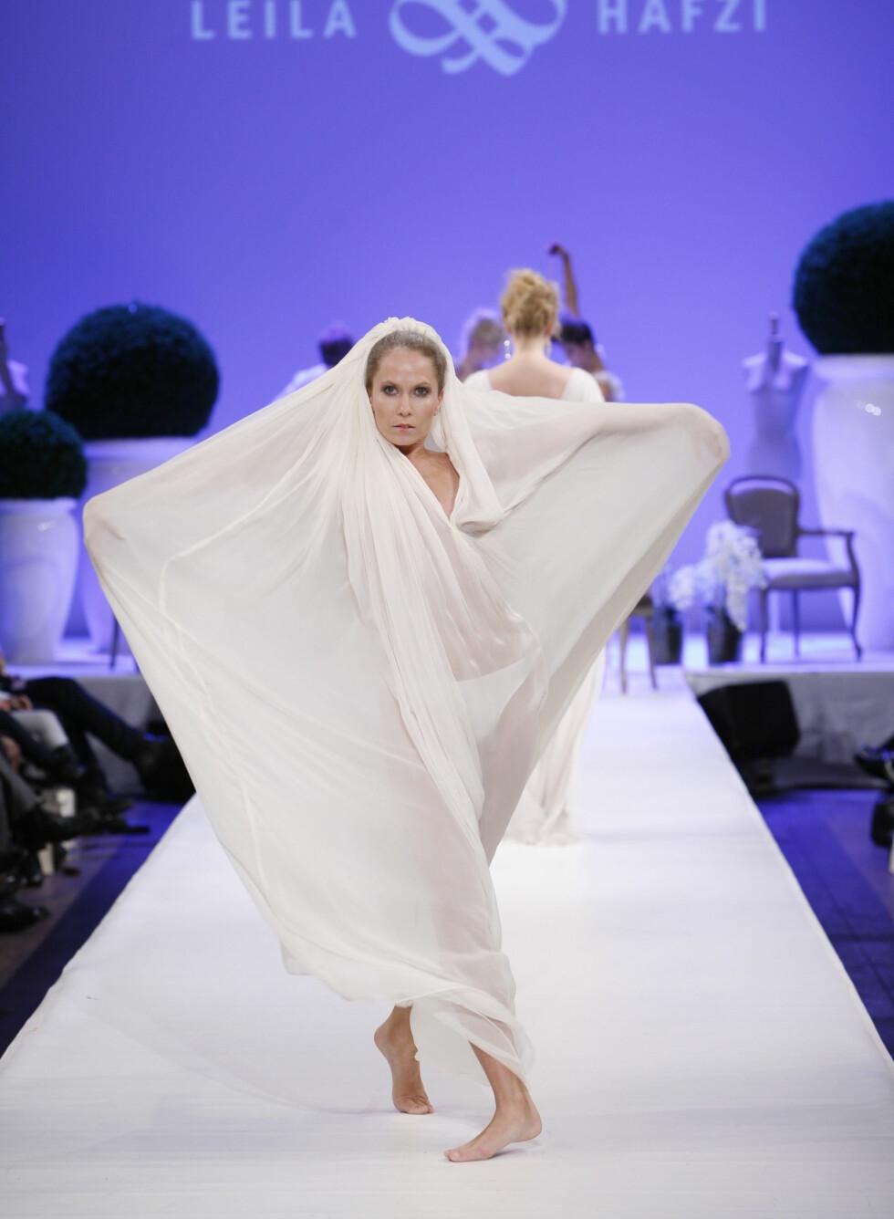 En vid kokong av en kjole - ikke helt som andre brudekjoler.  Foto: Per Ervland