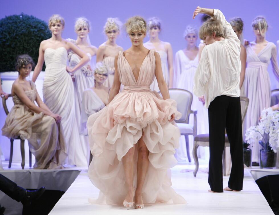 DYPT KONSENTRERT: Ingen tvil om at Jenny Skavlan tok oppgaven som brud svært alvorlig, da hun stilte opp for Leila Hafzi under Oslo Fashion Week. Foto: Per Ervland