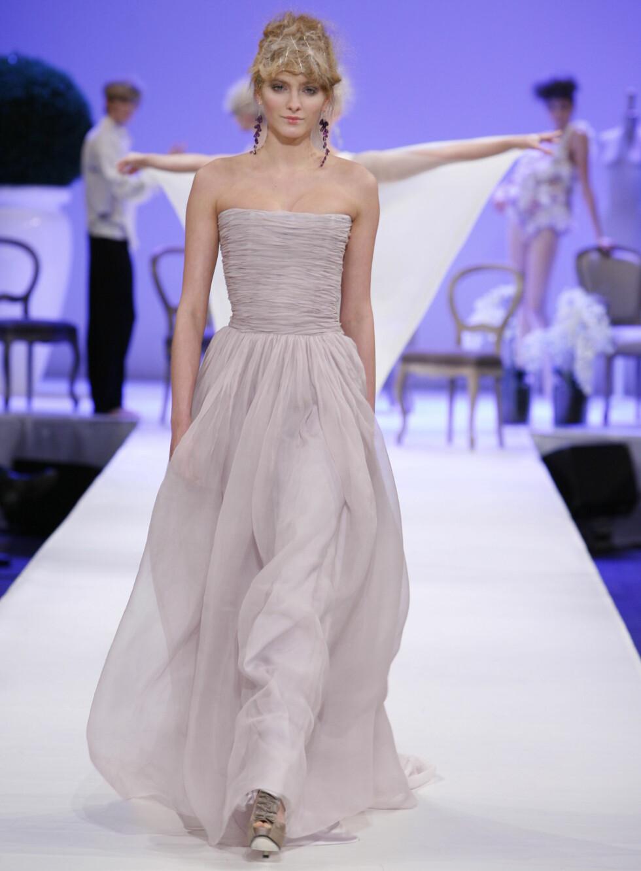Stroppeløst og romantisk. Hvem kan motstå en slik syrinfarget kjole?  Foto: Per Ervland