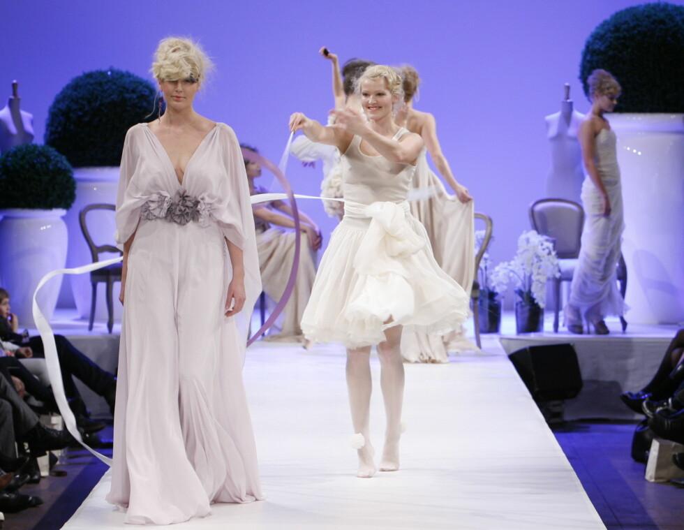 Denne vakre kjolen har dyp utringning og har også en tilsvarende utringning på ryggen.  Foto: Per Ervland