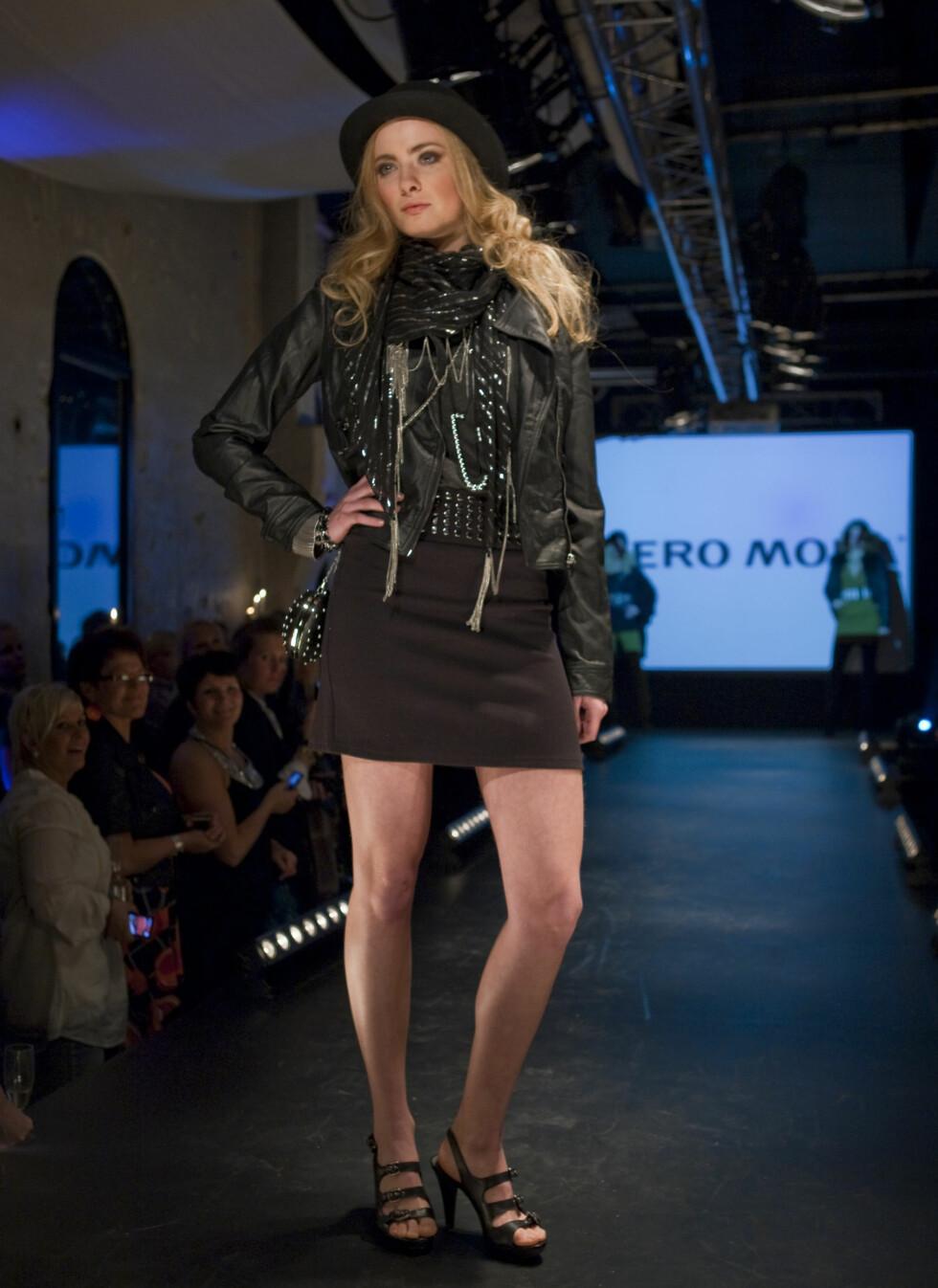 Det svarte og rocka blir også gjeldende til høsten. Hos Vero moda vil du finne svart skinnjakke og matchende minikjole.  Foto: Per Ervland
