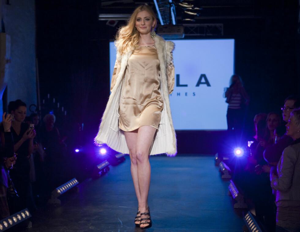 VILA slår også et slag for det enkle og det sobre. Denne champagnefargede minikjolen kan fint brukes over strømpebukse og smale jeans.  Foto: Per Ervland