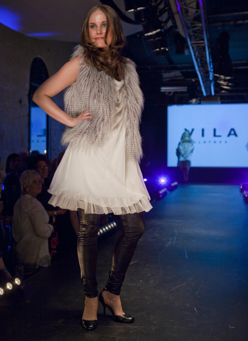 Lekker materialmiks av transparent kjolestoff og grå pels over tykke tights. Denne looken er fra VILA.  Foto: Per Ervland