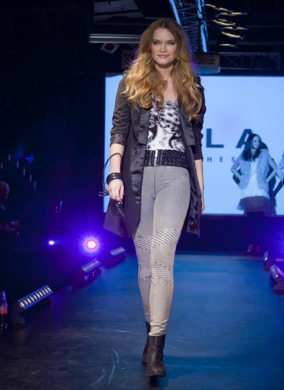 Grå, smale jeans fortsetter å være en viktig trend. Har du ikke skaffet deg et par allerede, kan du trygt gjøre det. Denne trenden forblir! Foto: Per Ervland