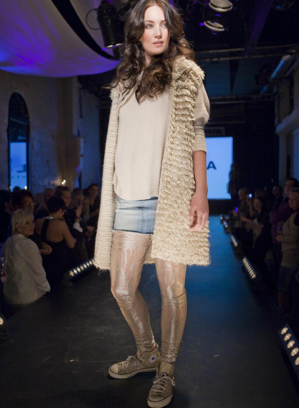 Det korte jeansskjørtet er perfekt sammen med et par tights og et par klassiske Converse.  Foto: Per Ervland