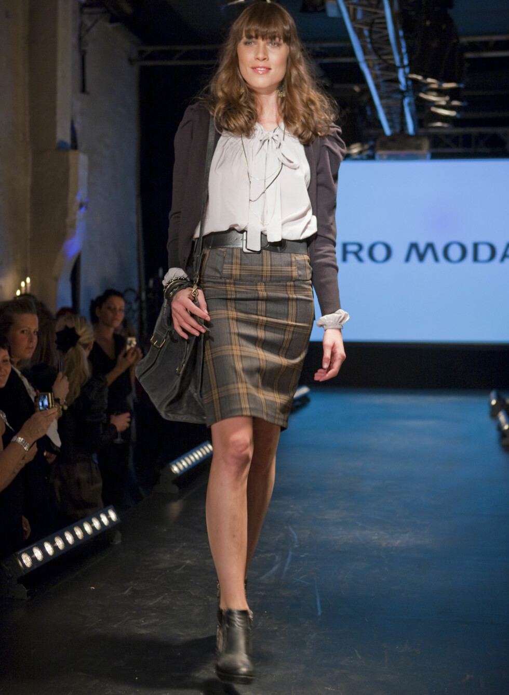 Den preppy stilen holder seg til høsten også. Fra Vero Moda kommer smale tweedskjørt og bluse med rysjer.  Foto: Per Ervland