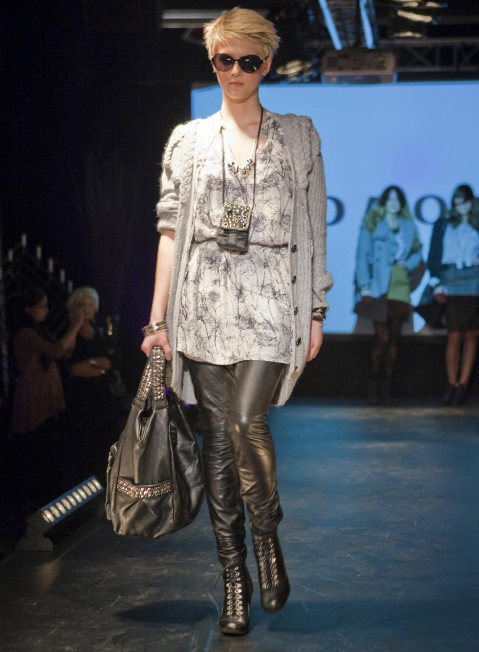 Svarte, rocka skinntights kan fint brukes sammen med myke detaljer som en mønstret tunika og en strikket cardigan.  Foto: Per Ervland