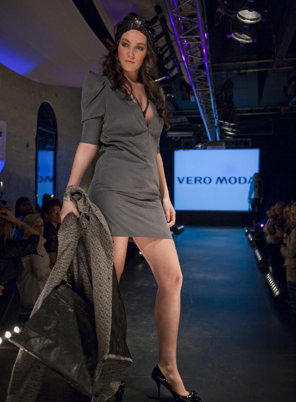 Vero Moda gjør det enkelt i denne kolleksjonen, og safer med grått. Denne kjolen har dyp utringning og lette puffermer.  Foto: Per Ervland