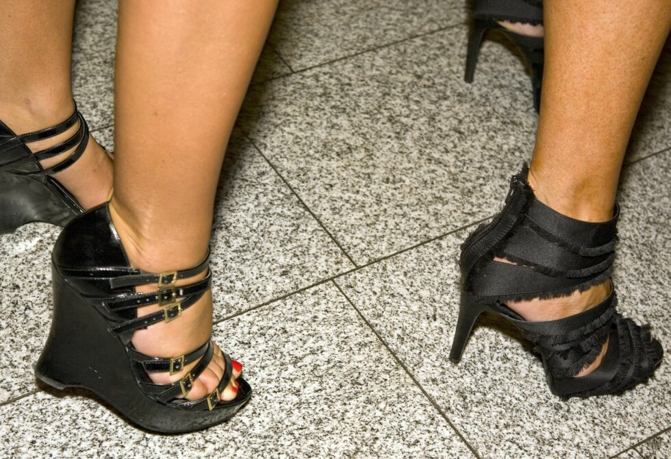 Lene Alexandra Øien og Ellen Arnstad viste stolt fram sine killer-heels. Lene Alexandre valgte kilehæl (til venstre), Ellen gikk for stilett. Begge fra Bianco.