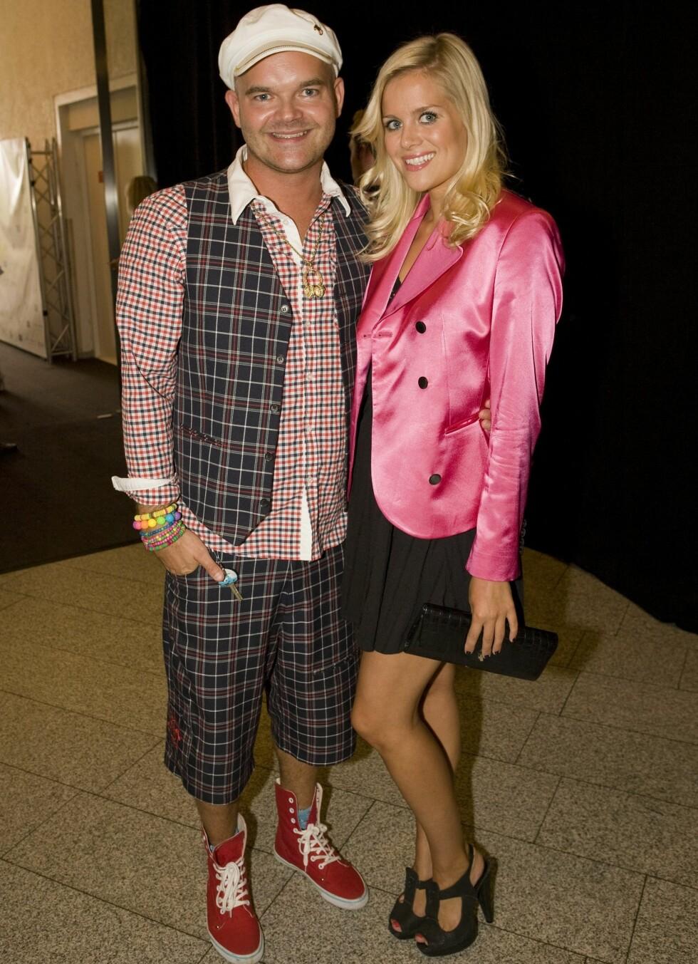 Moods of Norway-designer Simen Staalnacke sammen med kjæresten. Han kledd i eget design, hun i en rosa jakke fra Moods of Norway, sko fra Top Shop og vintage-kjole.