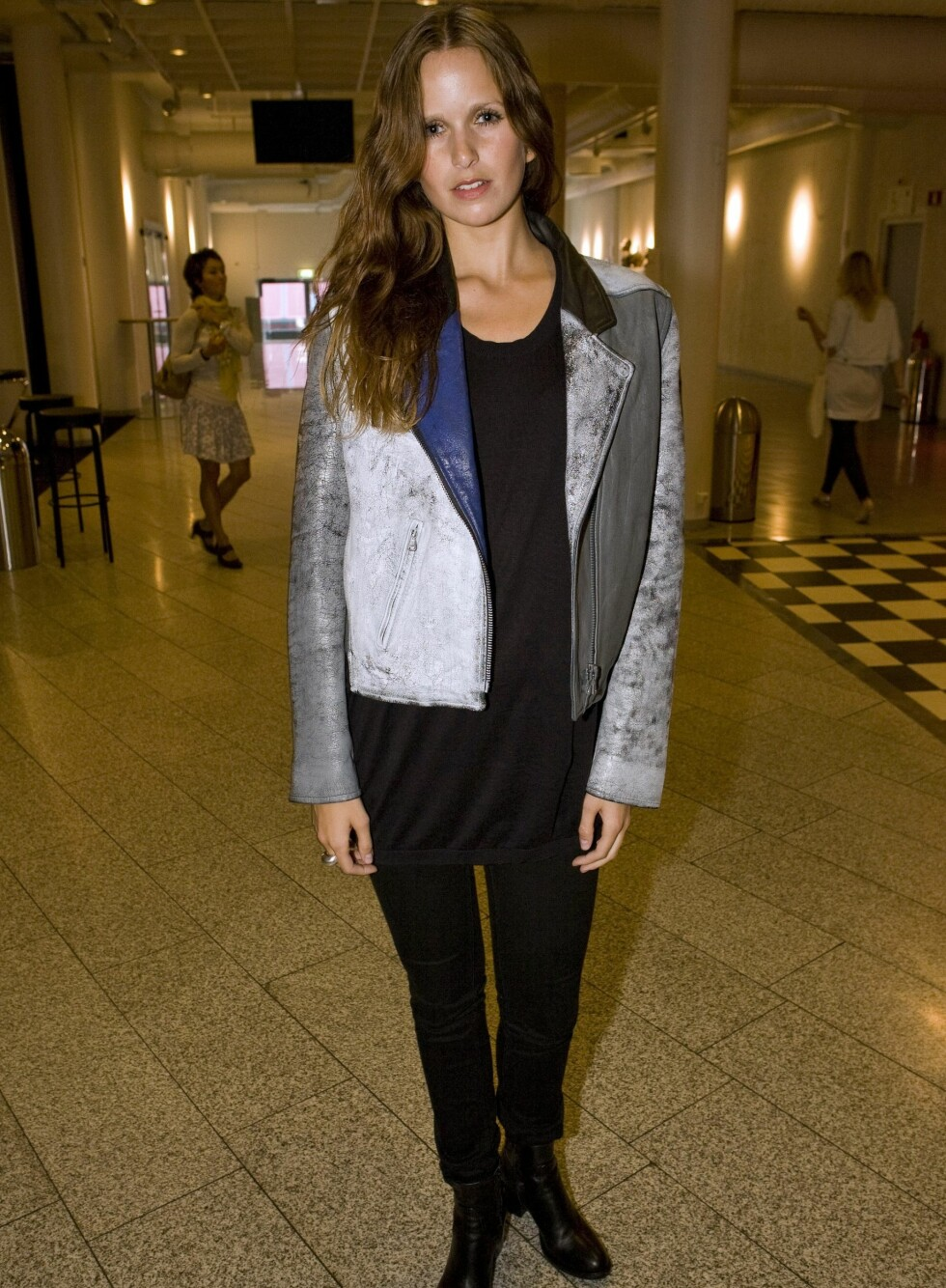 Modell og eks-Top Model-finalist Henriette Stenbeck så avslappet og silsikker ut i sin skinnjakke fra Acne og topp fra samme merke. - Jeg vet faktisk ikke hvor buksa er fra, men skoene kjøpte jeg i hvert fall i Italia, forteller hun.