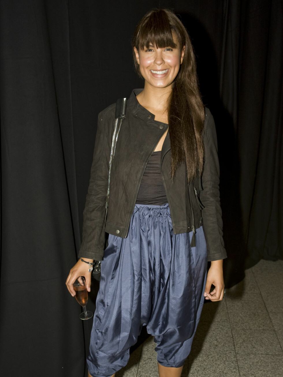 En superblid Maria Mena strålte i jakke fra Zara, bukse fra den danske designeren Stine Goya, sko fra Din Sko og smykker fra Thomas Sabo. - Jeg er jo dessverre vanvittig påvirket av moteblader da, og veldig interessert i det, innrømmer hun. Les mer om Maria på Seher.no.
