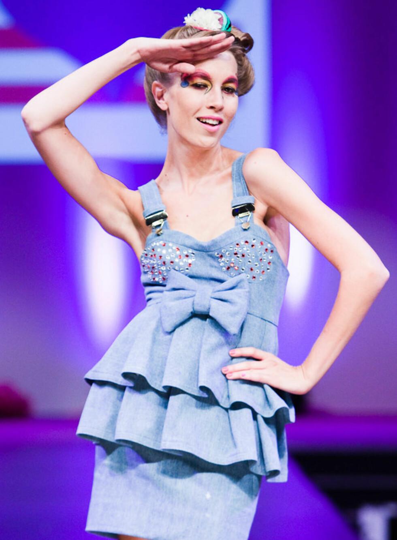 <strong>KAPPER OG SLØYFER:</strong> Selekjolen signert Fam Irvoll er dekorert med glitrende paljetter på brystet, sløyfe og volanger.  Selene i kjolen er inspirert av bukseselene vi kjenner fra snekkerbukser.
