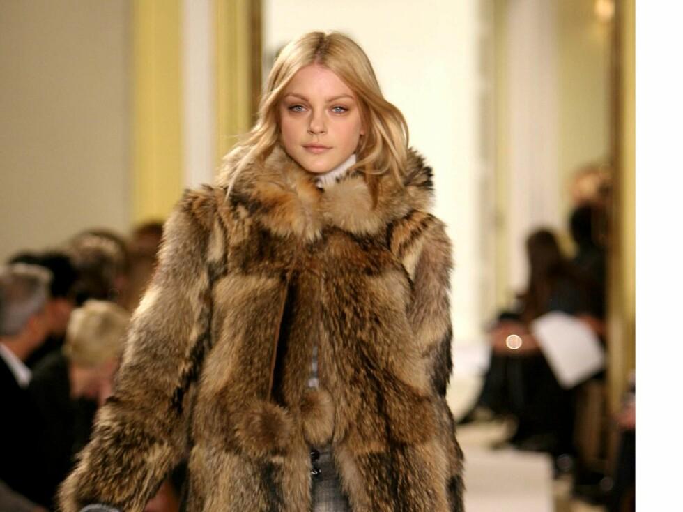 DETTE FÅR DU IKKE SE PÅ OSLO FASHION WEEK: Marc Jacobs viste pels under sin visning på London Fashion Week i 2007. Modellen heter Jessica Stam.