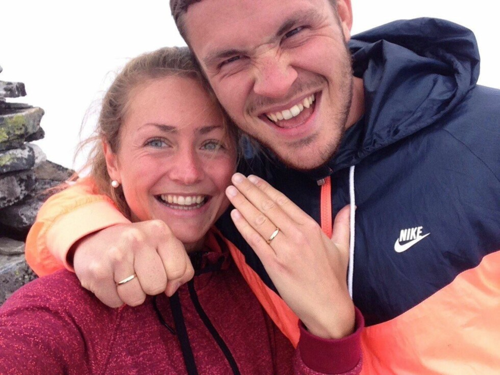 LYKKELIGE: Hanne traff Erlend (25) for snart tre år siden. I midten av juli forlovet de seg, og til neste år planlegger de bryllup. «Selfien» er tatt like etter at Erlend fridde på fjelltoppen Derga i Røyrvik i Nord-Trøndelag. – Erlend gjør livet fullkomment, sier Hanne. Foto: Privat