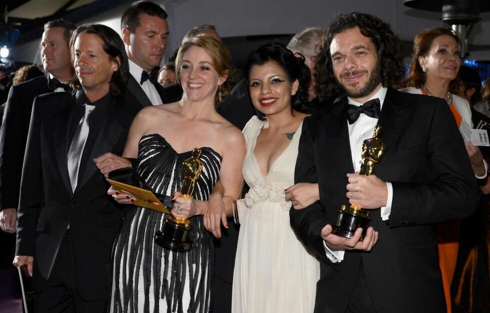 OSCAR-VINNERE: Filmskaperene Andrea Nix Fine (til venstre) og Sean Fine (til høyre). I midten ser du dokumentarfilmens hovedperson, Inocente Izucar, iført Leila Hafzi-kjole. Foto: All Over Press
