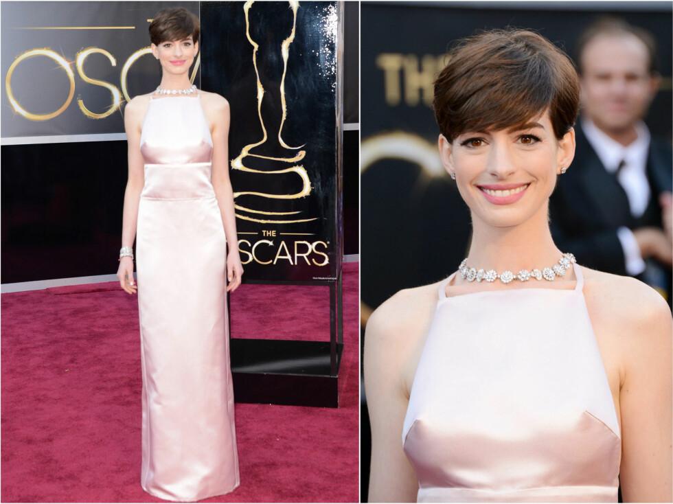 STRUTTENDE: Anne Hathaway dukket opp i en nude-kreasjon med mye fokus på brystvortene. Foto: All Over Press