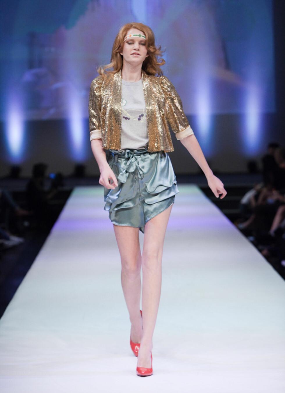 GLITTER OG GLAM: Gullglitrende topper og shorts - Tina H har ikke spart på disco-effektene.  Foto: Det Tredje Øyet