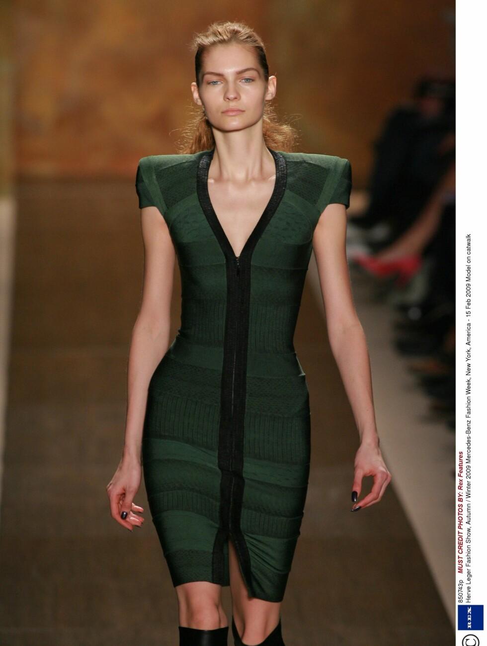 GLIDELÅS MIDT PÅ: Hervè Leger viste også kjoler med glidelåser under New York Fasjion Week denne uken.   Foto: All Over PressAll