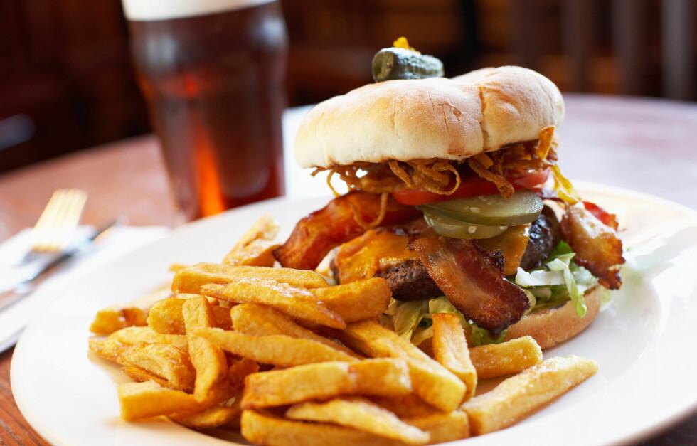 SPIS MED MÅTE: For mye fett hver dag kan skade hjernen, mener forskere. Se hvorfor i saken under. Foto: Getty Images