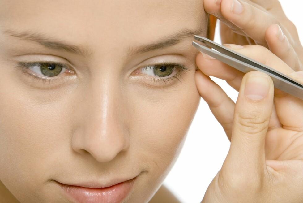 VELPLEID: Om du bruker litt tid på å nappe og forme brynene i en form som passer ansiktet ditt, slipper du å bruke så mye tid på dem når du sminker deg. Er brynene lyse, kan du også farge dem lett med en permanent farge for å spare tid om morgenen.  Foto: Colourbox