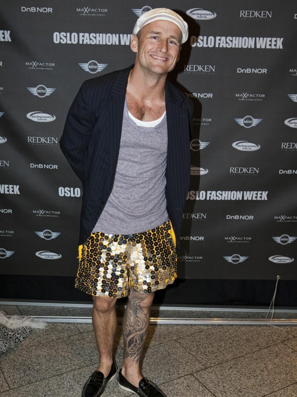 Snowboardkjører Daniel Franck i shorts med gullpaljetter.