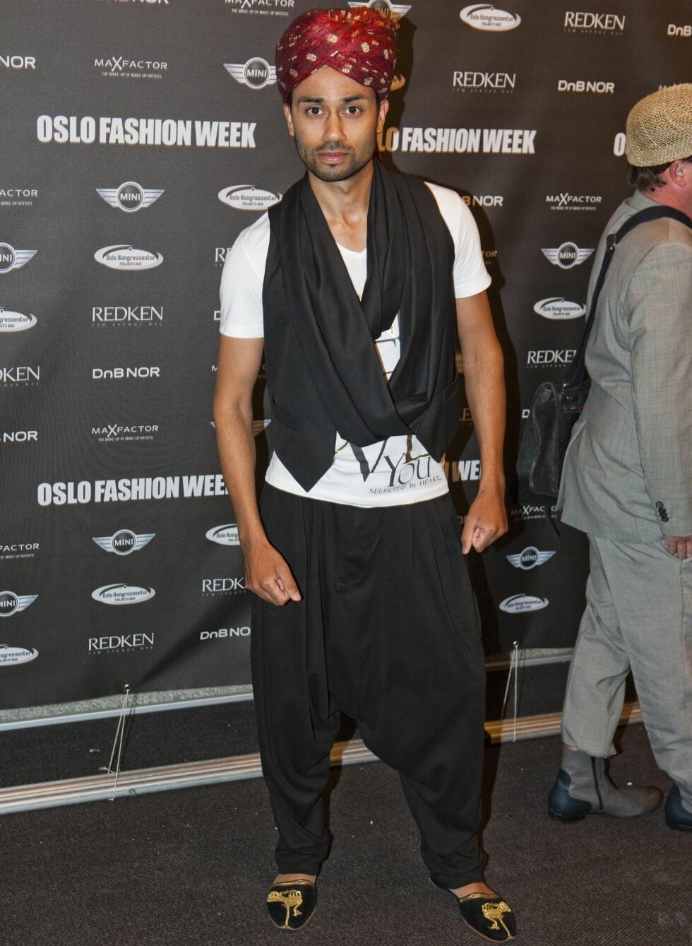 NRK-programleder Noman Mabushir i et etnisk inspirert antrekk med turban og haremsbukser.