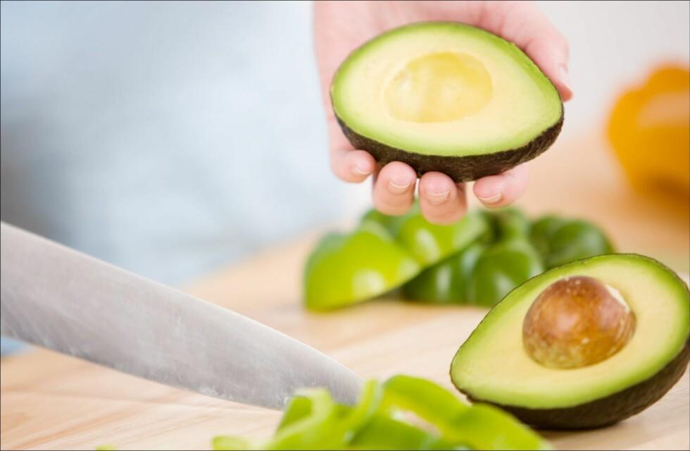 SUNT FETT: Men det er ikke alt fett du bør sky som pesten. Umettet fett kan bidra til å senke det dårlige kolesterolet. Prøv for eksempel avokado.  Foto: Getty Images/iStockphoto