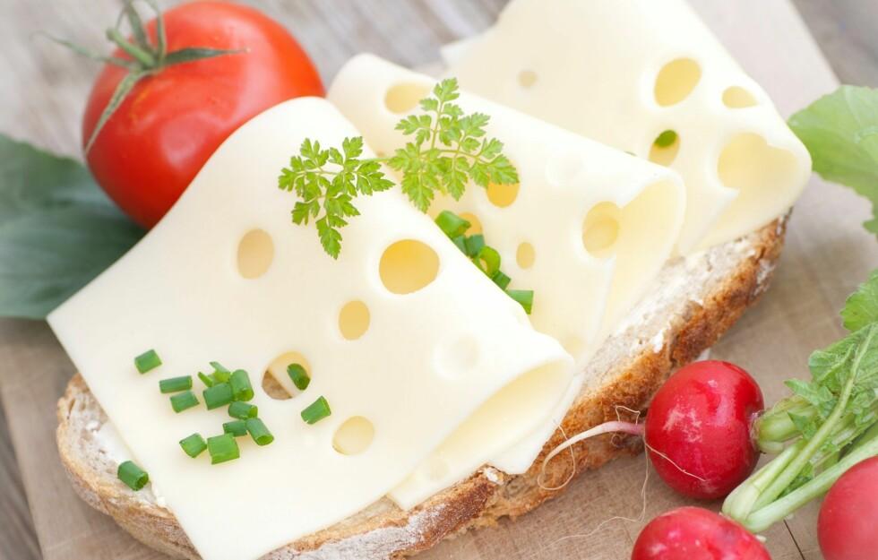 GULOST: En av nordmenns favoritter på brødskivene, men også en kilde til mye mettet fett. Faktisk står ost alene for 20 prosent av det mettede fette nordmenn inntar hver dag.  Foto: Fotolia