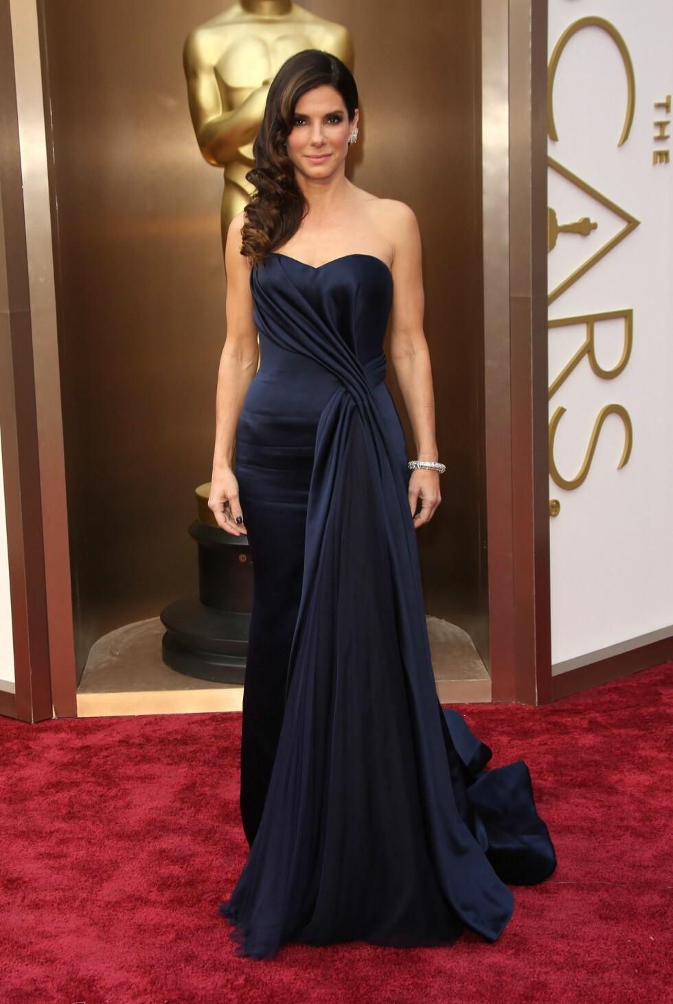 Sandra Bullock i kjole fra Alexander McQueen. Foto: All Over Press