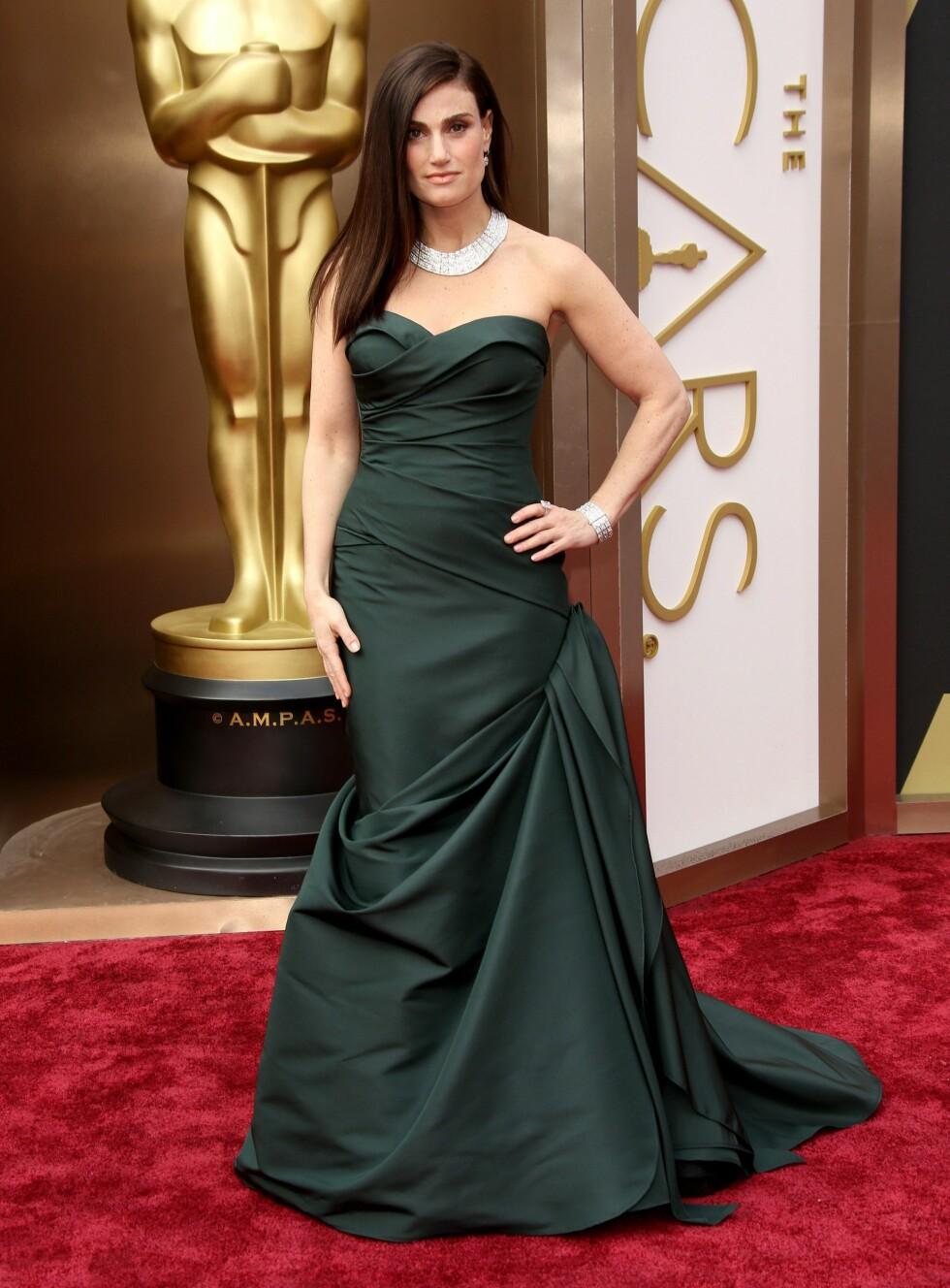 Idina Menzel i kjole fra Vera Wang. Foto: All Over Press