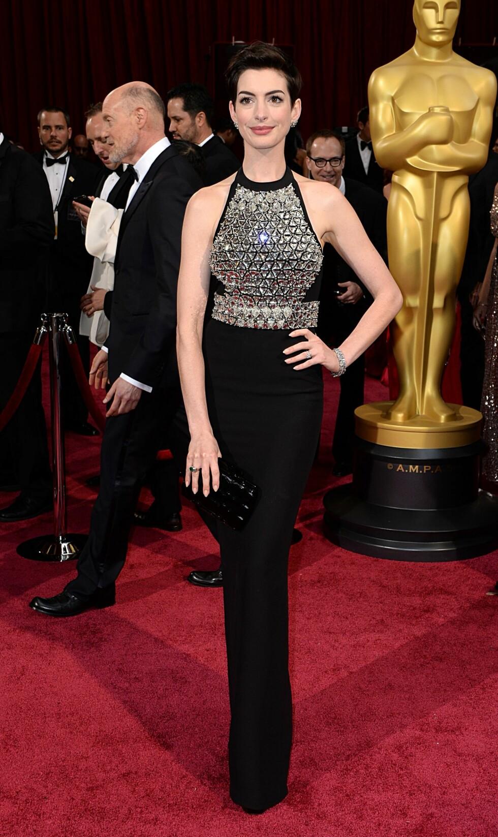 Anne Hathaway i kjole fra Gucci. Foto: All Over Press
