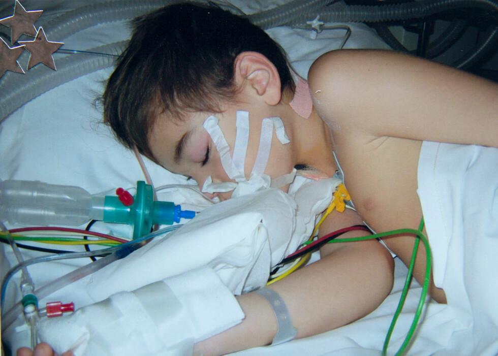 INGEN GARANTIER: Foreldrene våker over Adrian på sykehuset i Tromsø. «Det er ikke sikkert han vil gå når han våkner», er beskjeden de får. Foto: Privat