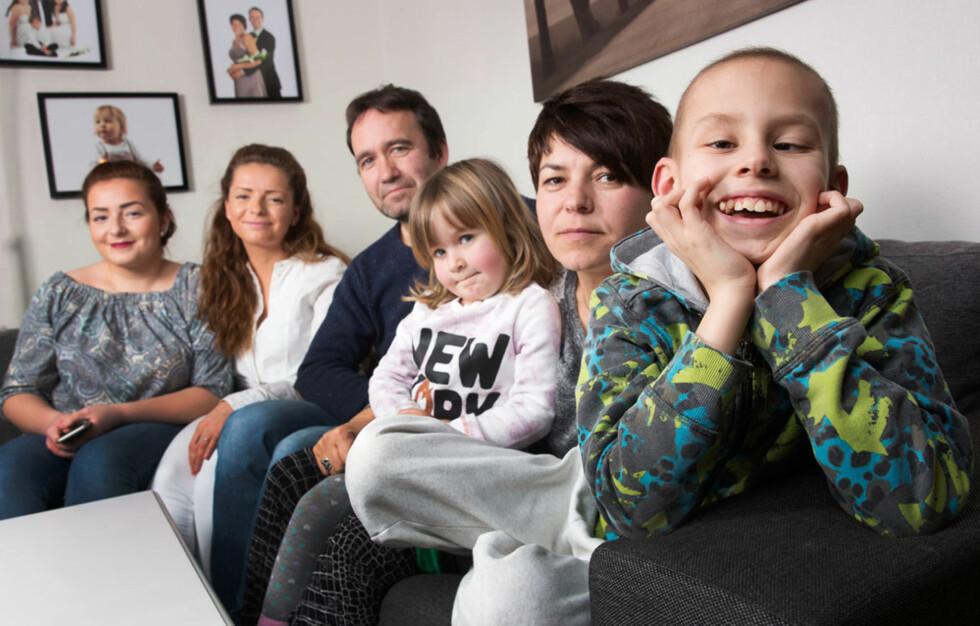 MIDTPUNKT:Ramize, Rrezarta, Terje, Suzanne og mamma Shera er glade for at Adrian er ferdig med lange sykehusopphold. Foto: Sverre Jarild