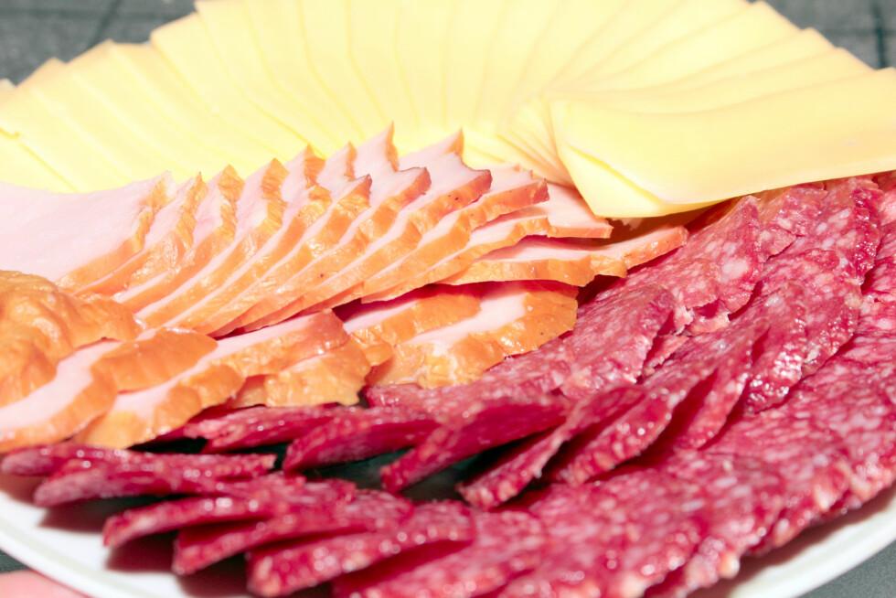 SUNT BYTTE: Erstatt salamien med kokt skine og spar både kalorier og mettet fett.  Foto:  Fotolia
