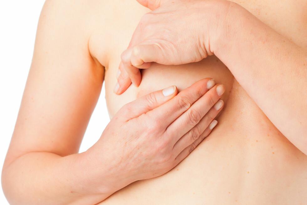 SJEKK BRYSTENE EN GANG I MÅNEDEN: Det er viktig at du blir kjent med brystene dine, at du vet hvordan de føles og ser ut, slik at du enkelt legger merke til forandringer.  Foto: Thonkstock.com