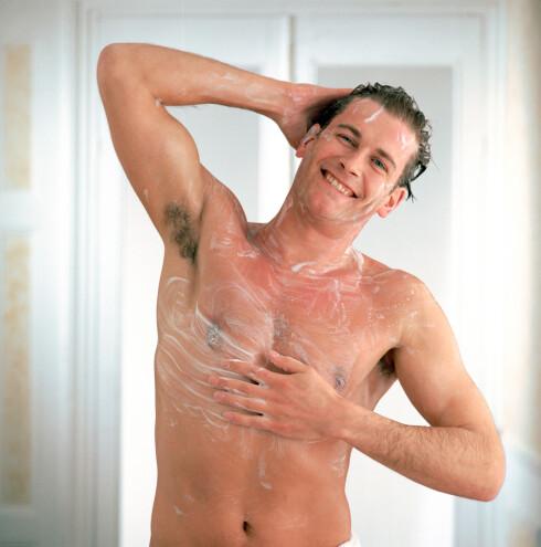 BE KJÆRESTEN UNDERSØKE TESTIKLENE I DUSJEN: Testikkelkreft er den vanligste formen for kreft blant unge menn. Foto: Larry Lilac / Alamy/All Over Press