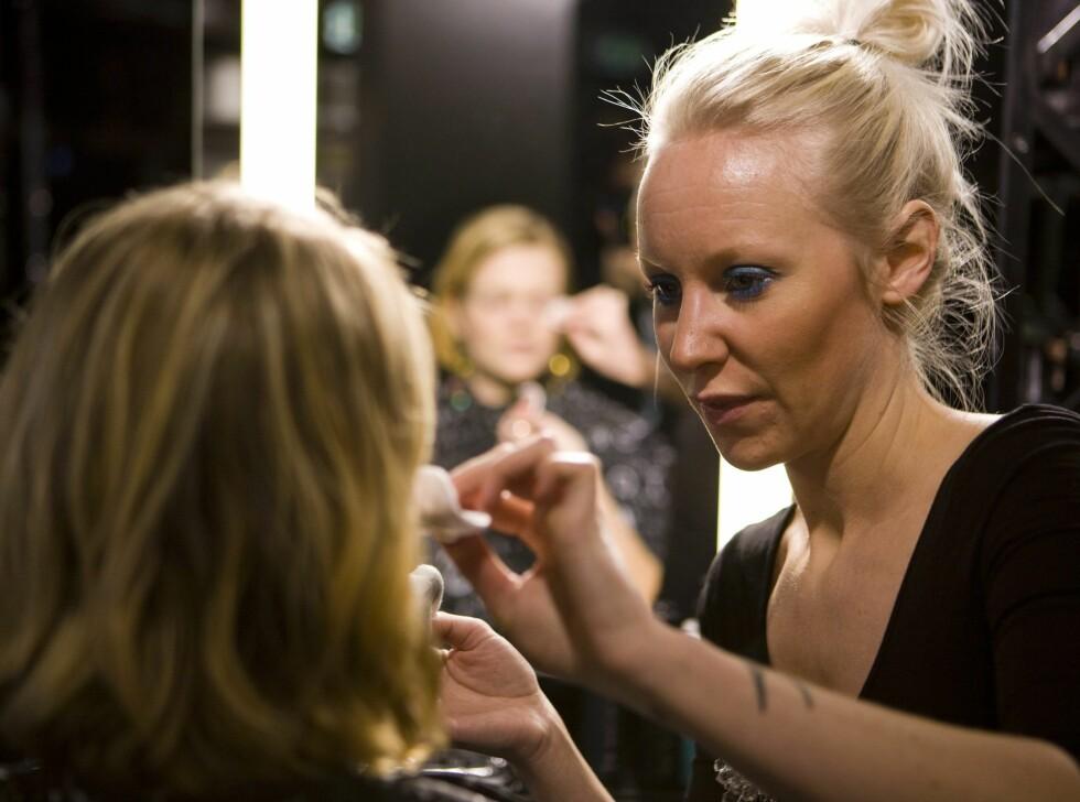 Makeupartist Hanna Karlsson hos Make Up Store i Bogstadveien i Oslo starter med å fjerne all sminke fra ansiktet mitt. Best å starte med en ren base.  Foto: Per Ervland