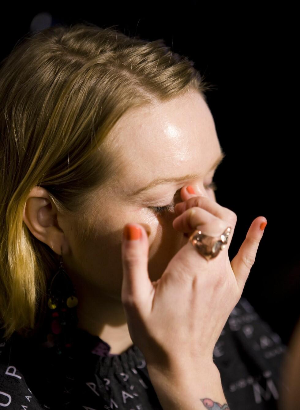 Hanna anbefaler å bruke en egen øyekrem i området rundt øyet. Ikke bruk for mye her og vær forsiktig med hvor mye du drar i huden. Lett press med en finger er best.  Foto: Per Ervland