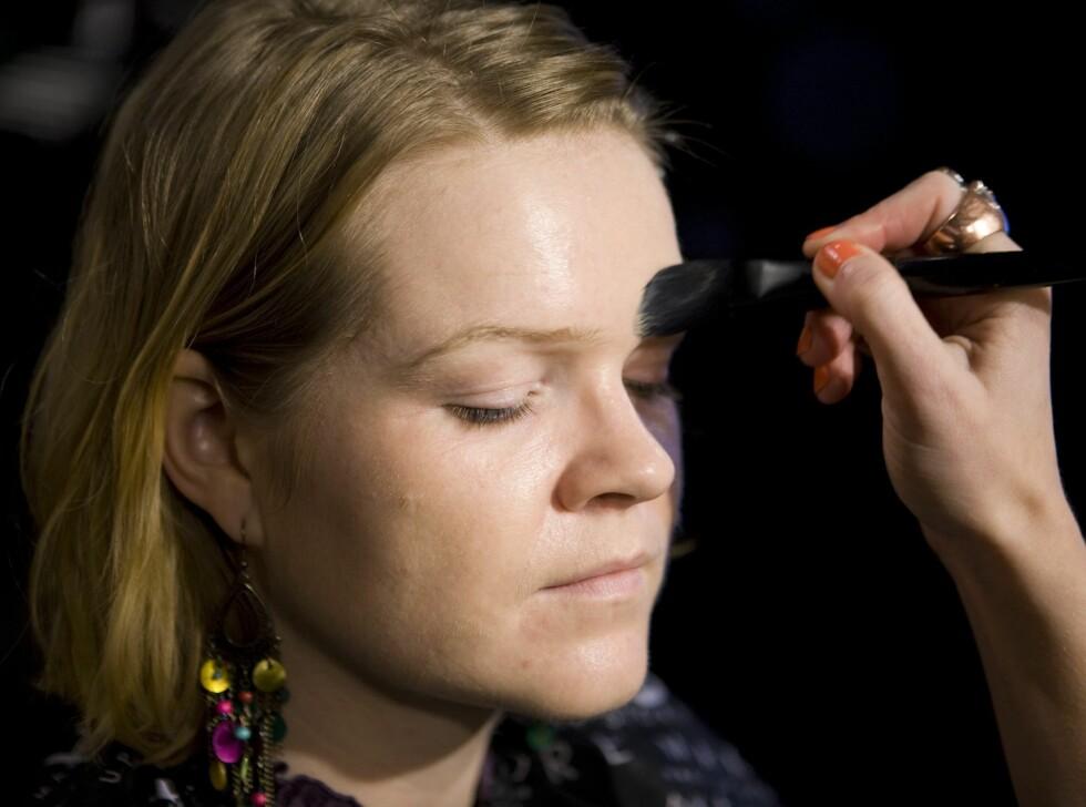 Sørg for at området rundt øyebrynene også dekkes av foundation, men pass på at den ikke samler seg opp i øyebrynshårene. Foto: Per Ervland